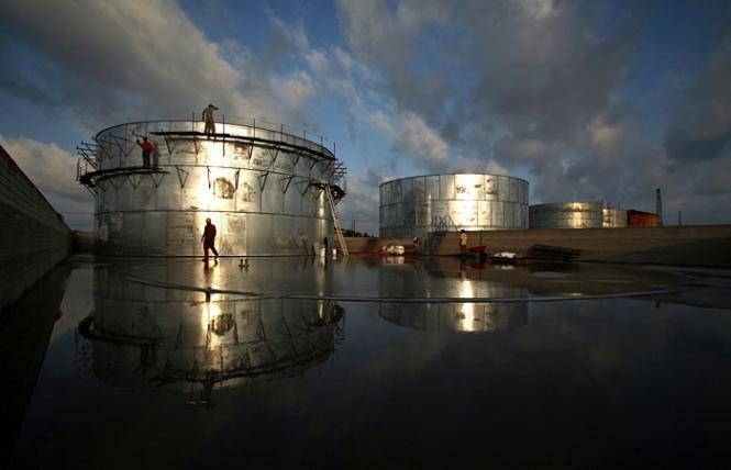 МЭА: нефтяные запасы в июне снизились на 7,2 млн баррелей
