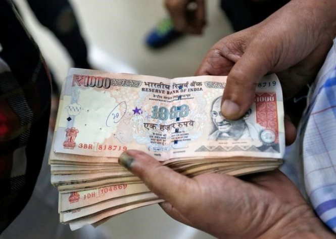 Индийская рупия обновила исторический минимум