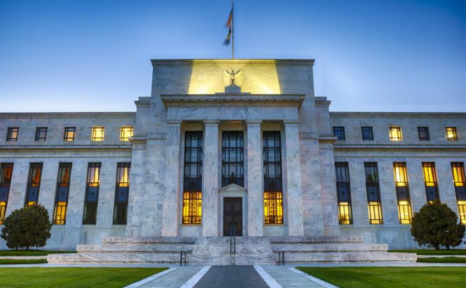 ФРС между молотом и наковальней: что игнорировать — кривую доходности или рынок труда?