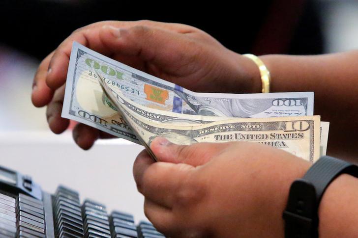 Евро растет на фоне ослабления доллара, американец ждет заседания ФРС