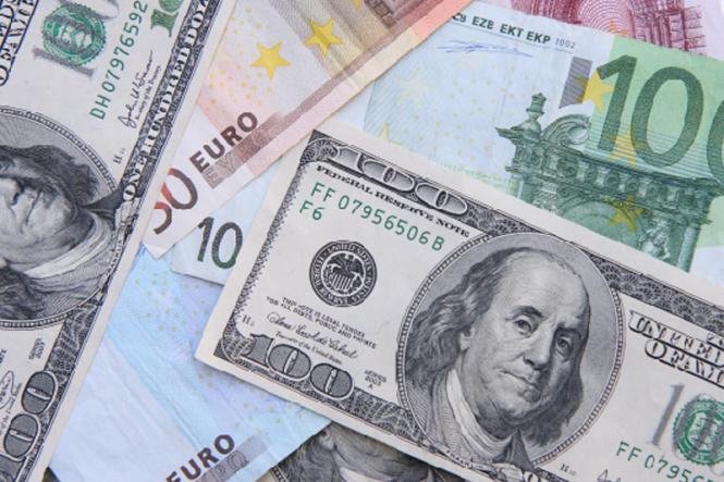Доллар готовится к отрыву против евро и иены