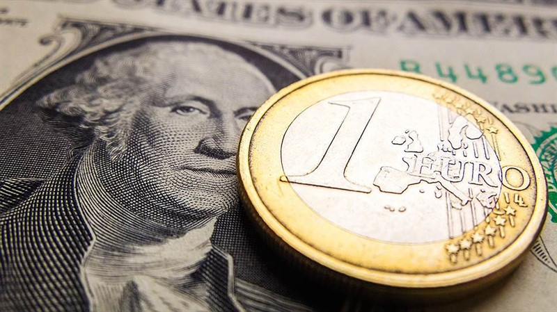 EUR/USD: хотя единая валюта знает в риске толк, пока неясно, утянет ли на дно гринбек госдолг